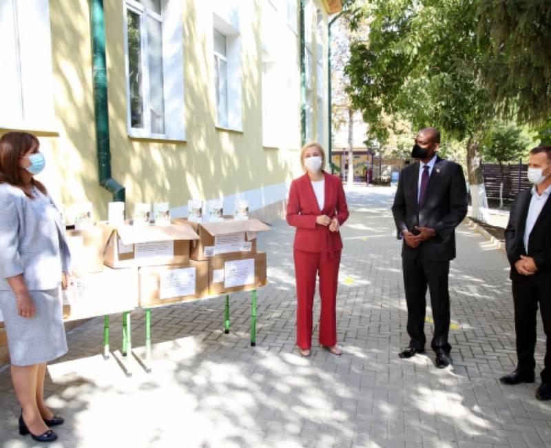 Посольство США в Молдове передало в дар детским садам Гагаузии бесконтактные термометры